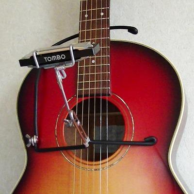 ハーモニカホルダーをギターに簡単に掛けられます